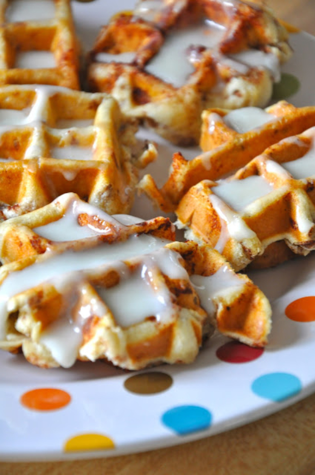 Waffle Iron Hacks and Easy Recipes for Waffle Irons - Cinnamon Rolls In A Waffle Iron - Quick Ways to Make Healthy Meals in a Waffle Maker - Breakfast, Dinner, Lunch, Dessert and Snack Ideas - Homemade Pizza, Cinnamon Rolls, Egg, Low Carb, Sandwich, Bisquick, Savory Recipes and Biscuits http://diyjoy.com/waffle-iron-hacks-recipes