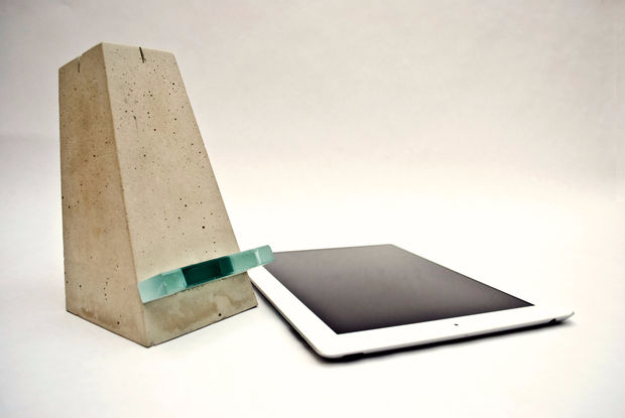 DIY Projects Made With Concrete - DIY Concrete Ipad Stand - Quick and Easy DIY Concrete Crafts - Cheap and creative countertops and ideas for floors, patio and porch decor, tables, planters, vases, frames, jewelry holder, home decor and DIY gifts