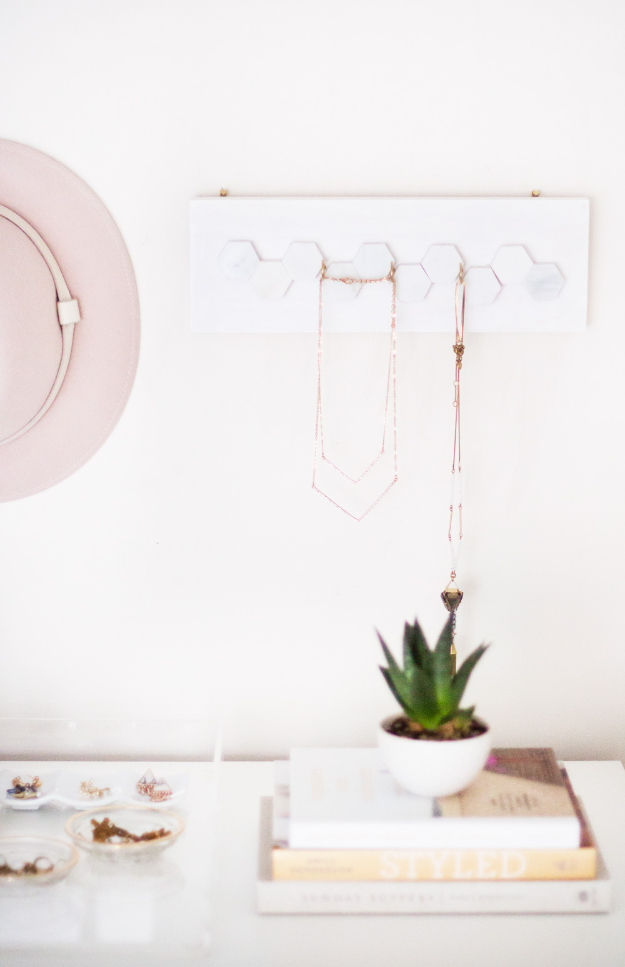 DIY Faux Marble Ideas - DIY Marble Jewelry Hanger - Easy Crafts and DIY Projects With Faux Marbling Tutorials - Paint and Decorate Home Decor, Creative DIY Gifts and Office Accessories