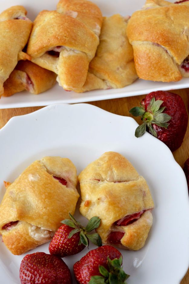 Best Crescent Roll Recipes - Strawberry Cream Crescent Roll - Easy Homemade Dinner Recipe Ideas With Cresent Rolls, Breakfast, Snack, Appetizers and Dessert - With Chicken and Ground Beef, Hot Dogs, Pizza, Garlic Taco, Sweet Desserts - DIY Projects and Crafts by DIY JOY http://diyjoy.com/crescent-roll-recipes
