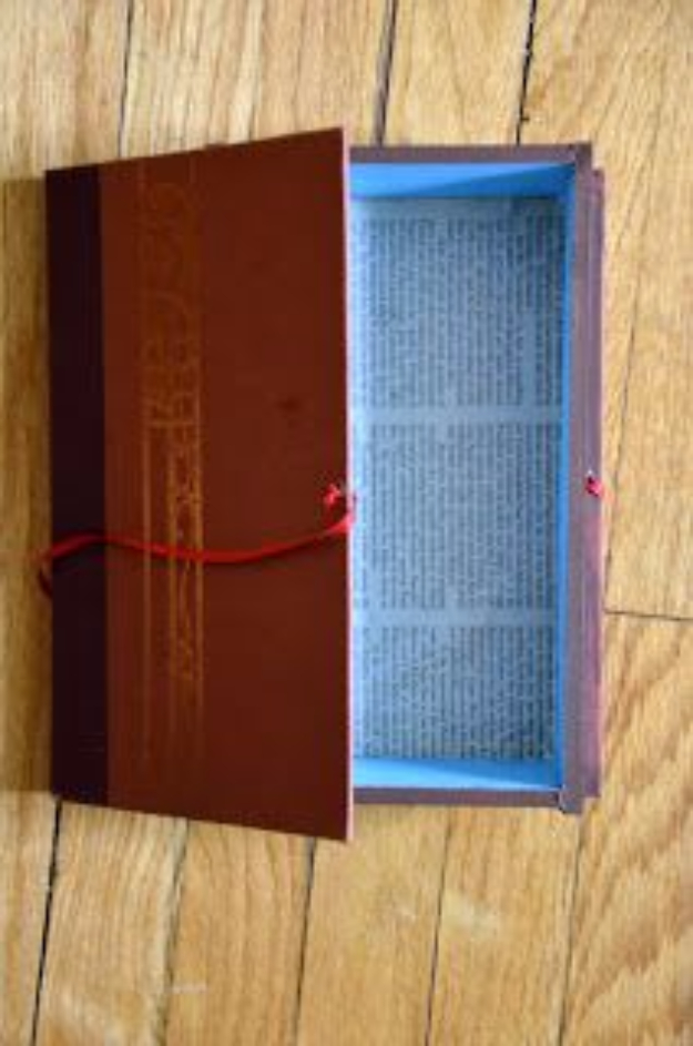DIY Projects Made With Old Books - Turn an Old Book into a Book Box - Make DIY Gifts, Crafts and Home Decor With Old Book Pages and Hardcover and Paperbacks - Easy Shelving, Decorations, Wall Art and Centerpieces with BOOKS