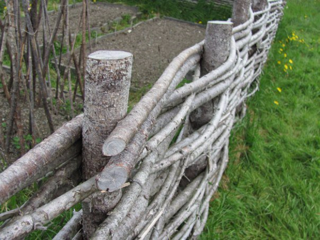 DIY Fences and Gates - Wattle Fencing - How To Make Easy Fence and Gate Project for Backyard and Home - Step by Step Tutorial and Ideas for Painting, Updating and Making Fences and DIY Gate - Cool Outdoors and Yard Projects http://diyjoy.com/diy-fences-gates