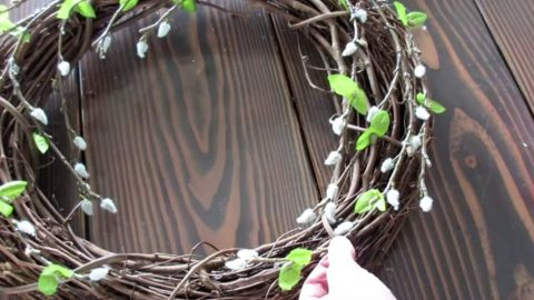 She Makes A Pottery Barn Inspired Wreath And The Final Touch Is A Stroke of Genius (Easy!) | DIY Joy Projects and Crafts Ideas