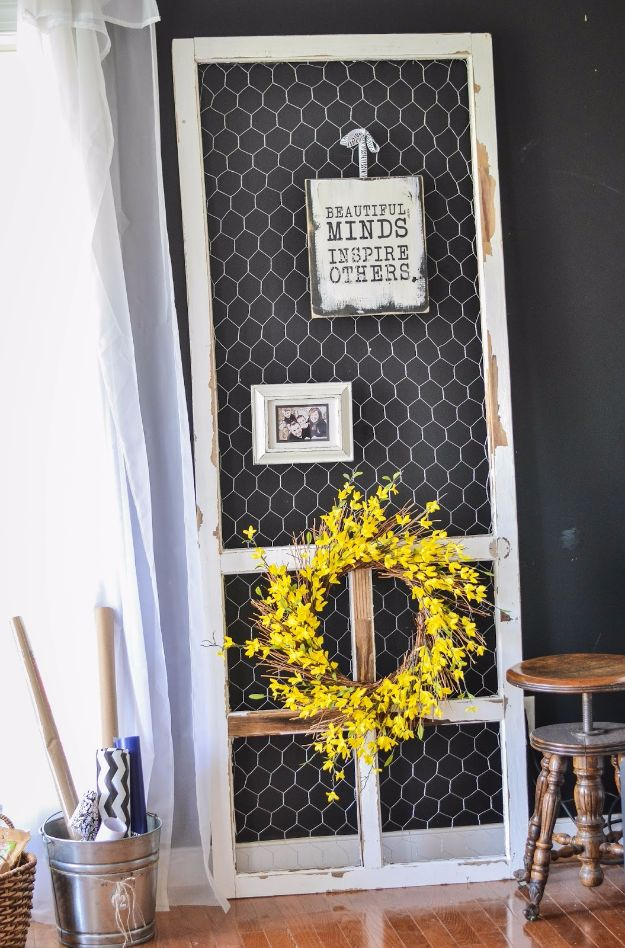 diy ideas chicken wire crafts -Chicken Wire And Screen Door Display - Rustic Farmhouse Decor Tutorials With Chickenwire and Easy Vintage Shabby Chic Home Decor for Kitchen, Living Room and Bathroom - Creative Country Crafts #diy #crafts