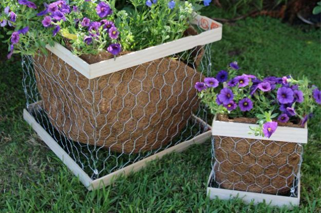diy ideas chicken wire crafts -DIY Chicken Wire Planter Box - Rustic Farmhouse Decor Tutorials With Chickenwire and Easy Vintage Shabby Chic Home Decor for Kitchen, Living Room and Bathroom - Creative Country Crafts #diy #crafts