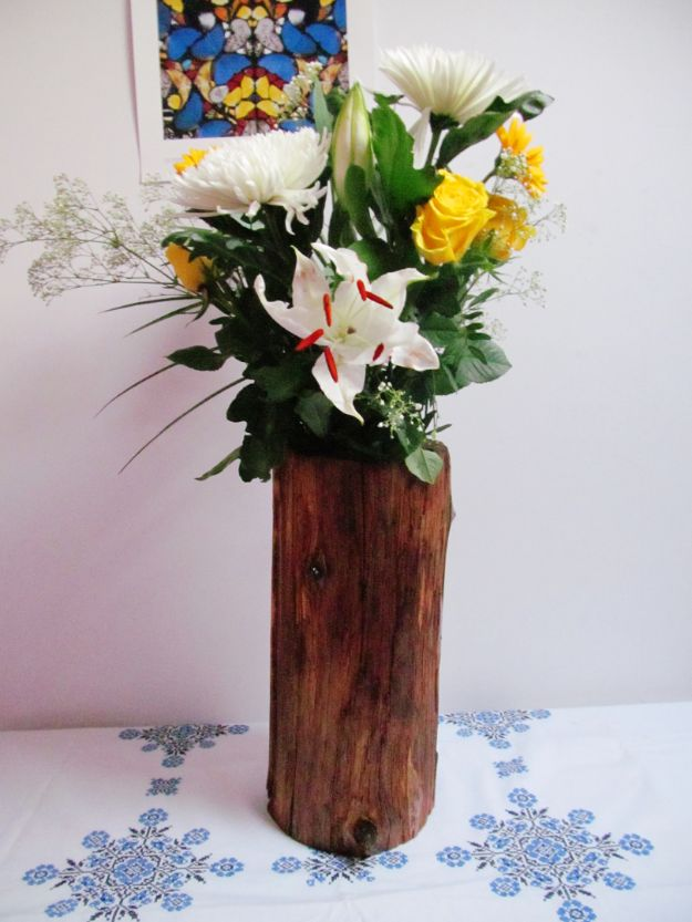 Best Country Decor Ideas - DIY Tree Stump Vase - Rustic Farmhouse Decor Tutorials and Easy Vintage Shabby Chic Home Decor for Kitchen, Living Room and Bathroom - Creative Country Crafts, Rustic Wall Art and Accessories to Make and Sell http://diyjoy.com/country-decor-ideas