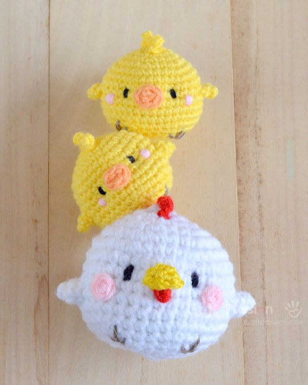 Free Amigurumi Patterns For Beginners and Pros - Hen & Chicks Amigurumi - Easy Amigurimi Tutorials With Step by Step Instructions - Learn How To Crochet Cute Amigurimi Animals, Doll, Mobile, Mini Elephant, Cat, Dinosaur, Owl, Bunny, Dog - Creative Ways to Crochet Cool DIY Gifts for Kids, Teens, Baby and Adults http://diyjoy.com/free-amigurumi-patterns