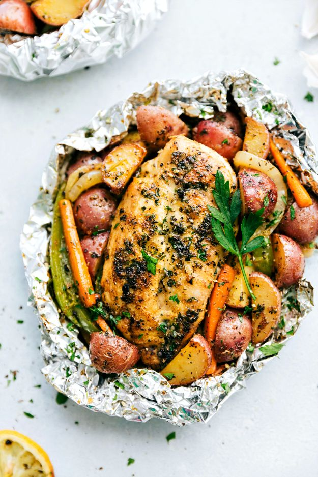 Tin Foil Camping Recipes - Foil Pack Italian Chicken And Veggies - DIY Tin Foil Dinners, Ideas for Camping Trips and On Grill. Hamburger, Chicken, Healthy, Fish, Steak , Easy Make Ahead Recipe Ideas for the Campfire. Breakfast, Lunch, Dinner and Dessert, Snacks all Wrapped in Foil for Quick Cooking #camping #tinfoilrecipes #campingrecipes