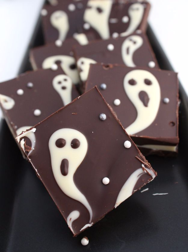 Best Halloween Party Snacks - Ghastly Candy Bark - Healthy Ideas for Kids for School, Teens and Adults - Easy and Quick Recipes and Idea for Dips, Chips, Spooky Cookies and Treats - Appetizers and Finger Foods Made With Vegetables, No Candy, Cheap Food, Scary DIY Party Foods With Step by Step Tutorials http://diyjoy.com/halloween-party-snacks
