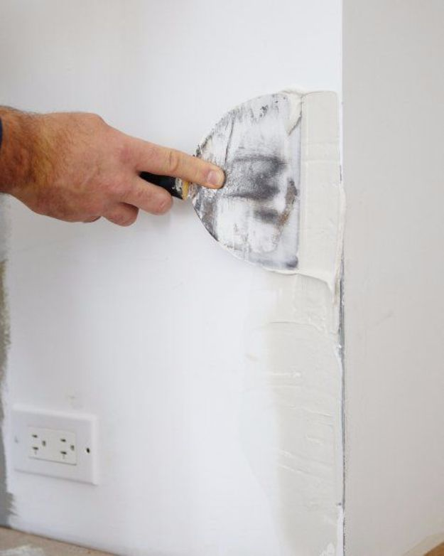 Easy Home Repair Hacks - Repair a Battered Drywall Corner - Quick Ways to Easily Fix Broken Things Around The House - DIY Tricks for Home Improvement and Repairs - Simple Solutions for Kitchen, Bath, Garage and Yard - Caulk, Grout, Wall Repair and Wood Patching and Staining #hacks #homeimprovement