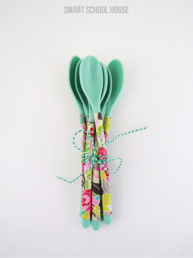 Last Minute Christmas Gifts - DIY Floral Spoons - Quick DIY Gift Ideas and Easy Christmas Presents To Make for Mom, Dad, Family and Friends - Dollar Store Crafts and Cheap Homemade Gifts