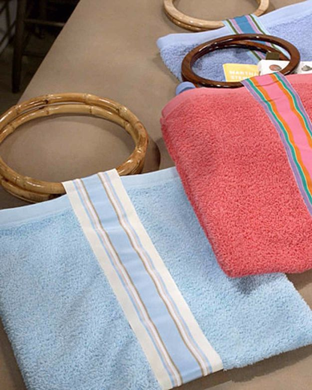 DIY Ideas With Old Towels - Hand-Towel Beach Bag - Cool Crafts To Make With An Old Towel - Cheap Do It Yourself Gifts and Home Decor on A Budget - Creative But Cheap Ideas for Decorating Your House and Room - Upcycle Those Towels Instead of Throwing Them Away! http://diyjoy.com/diy-ideas-old-towels