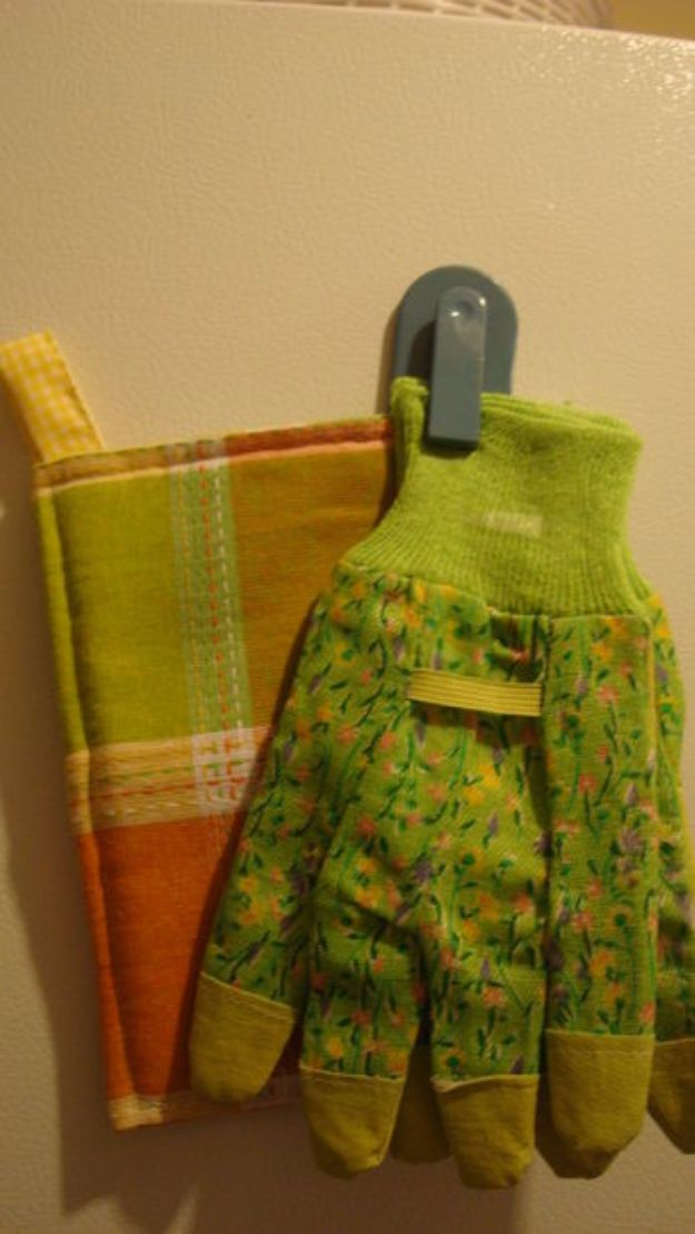 DIY Ideas With Old Towels - Old Towels Into Pot Holders in 30 Minutes - Cool Crafts To Make With An Old Towel - Cheap Do It Yourself Gifts and Home Decor on A Budget - Creative But Cheap Ideas for Decorating Your House and Room - Upcycle Those Towels Instead of Throwing Them Away! http://diyjoy.com/diy-ideas-old-towels