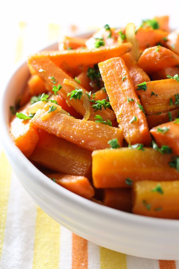Healthy Thanksgiving Recipes - Roasted Coriander Carrots With Caramelized Onions - Low fat Versions of Your Favorite Holiday Recipe for Turkey, Stuffing, Gravy, Pie and Desserts, Appetizers, Vegetables and Side Dishes like Spinach, Broccoli, Cranberries, Mashed Potatoes, Sweet Potatoes and Green Beans - Easy and Quick Last Minute Thanksgiving Recipes for Low Carb, Low Fat and Clean Eating Diets http://diyjoy.com/healthy-thanksgiving-recipes