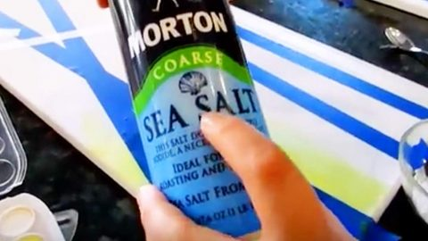 She Sprinkles Salt On Paint And Then Uses A Credit Card In Paint For Mind-Blowing Art! | DIY Joy Projects and Crafts Ideas