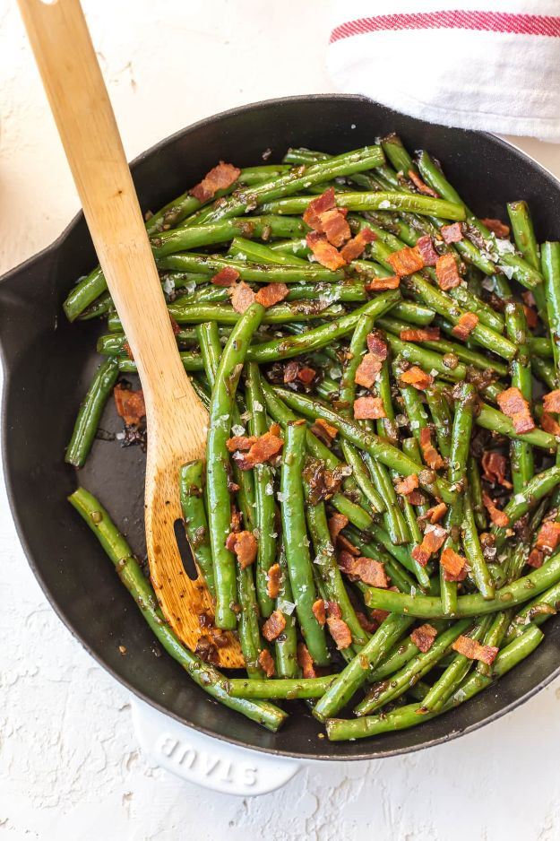 Best Thanksgiving Side Dishes - Skillet Bourbon Bacon Green Beans - Easy Make Ahead and Crockpot Versions of the Best Thanksgiving Recipes #thanksgiving #recipes