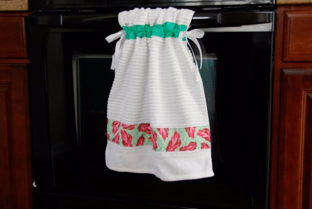 DIY Ideas With Old Towels - Stay Put Kitchen Towel - Cool Crafts To Make With An Old Towel - Cheap Do It Yourself Gifts and Home Decor on A Budget - Creative But Cheap Ideas for Decorating Your House and Room - Upcycle Those Towels Instead of Throwing Them Away! http://diyjoy.com/diy-ideas-old-towels
