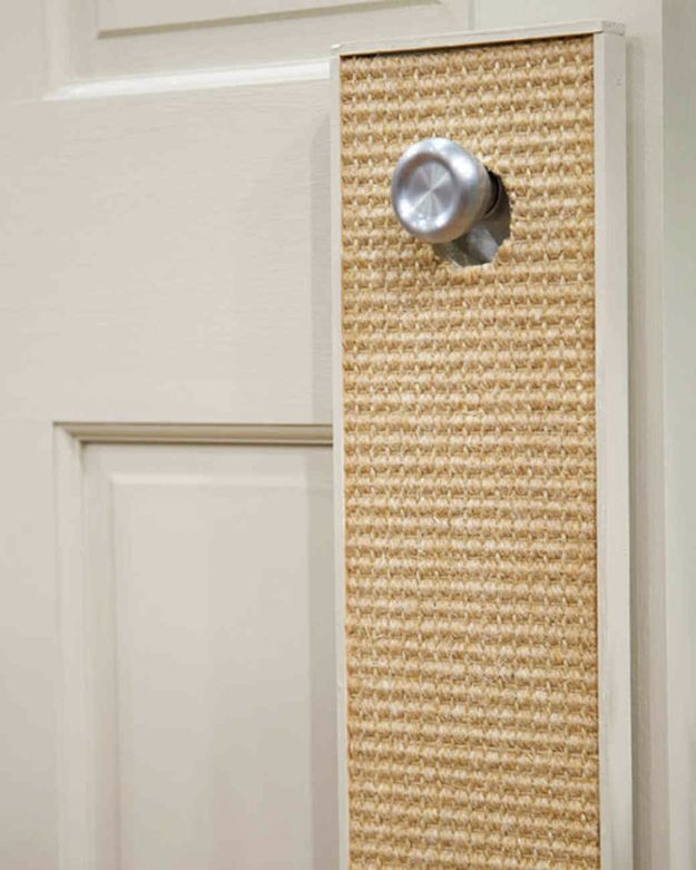 DIY Ideas With Carpet Scraps - Door Cat Scratcher - Cool Crafts To Make With Old Carpet Remnants - Cheap Do It Yourself Gifts and Home Decor on A Budget - Creative But Cheap Ideas for Decorating Your House and Room - Painted, No Sew and Creative Arts and Craft Projects http://diyjoy.com/diy-ideas-carpet-scraps