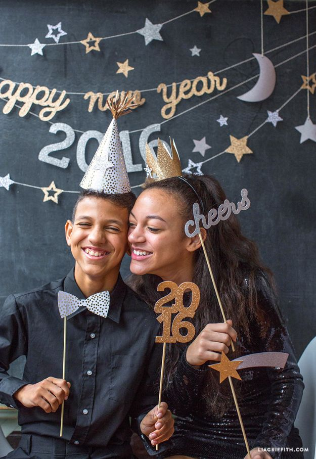 New Years Eve Decor Ideas - New Year's Eve Party Props for Teens - DIY New Year's Eve Decorations - Cheap Ideas for Banners, Balloons, Party Tables, Centerpieces and Festive Streamers and Lights - Cool Placecards, Photo Backdrops, Party Hats, Party Horns and Champagne Glasses - Cute Invitations, Games and Free Printables #diy #newyearseve #parties