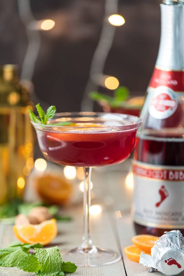 Best Drink Recipes for New Years Eve - Sparkling Holiday Flirtini - Creative Cocktails, Drinks, Champagne Toasts, and Punch Mixes for A New Year's Eve Party - Ideas for Serving, Glasses, Fun Ideas for Shots and Cocktails - Easy Vodka Recipes, Non Alcoholic, Whisky Rum and Party Punches #newyearseve