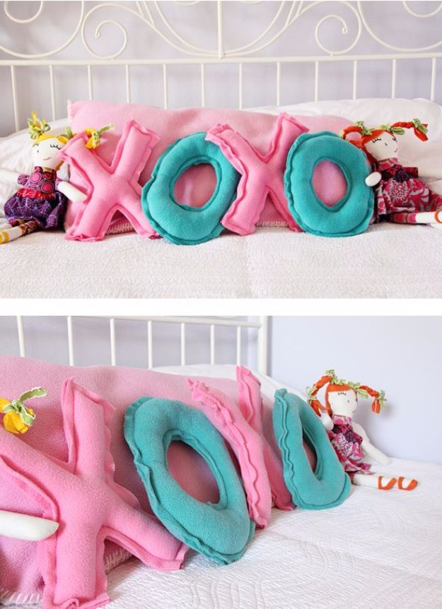 DIY Valentines Day Gifts for Her - XOXO Pillows - Cool and Easy Things To Make for Your Wife, Girlfriend, Fiance - Creative and Cheap Do It Yourself Projects to Give Your Girl - Ladies Love These Ideas for Bath, Yard, Home and Kitchen, Outdoors - Make, Don't Buy Your Valentine http://diyjoy.com/diy-valentines-gifts-her