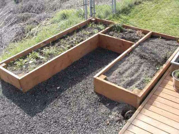 DIY Garden Beds - Curved Raised Beds - Easy Gardening Ideas for Raised Beds and Planter Boxes - Free Plans, Tutorials and Step by Step Tutorials for Building and Landscaping Projects - Update Your Backyard and Gardens With These Cheap Do It Yourself Ideas http://diyjoy.com/diy-garden-beds