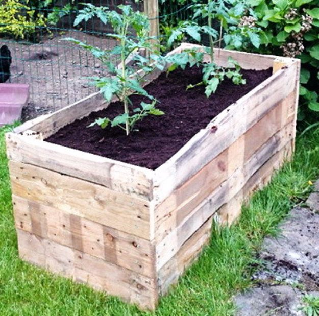 DIY Garden Beds - DIY Raised Garden Planter Made From A Wooden Pallet - Easy Gardening Ideas for Raised Beds and Planter Boxes - Free Plans, Tutorials and Step by Step Tutorials for Building and Landscaping Projects - Update Your Backyard and Gardens With These Cheap Do It Yourself Ideas http://diyjoy.com/diy-garden-beds