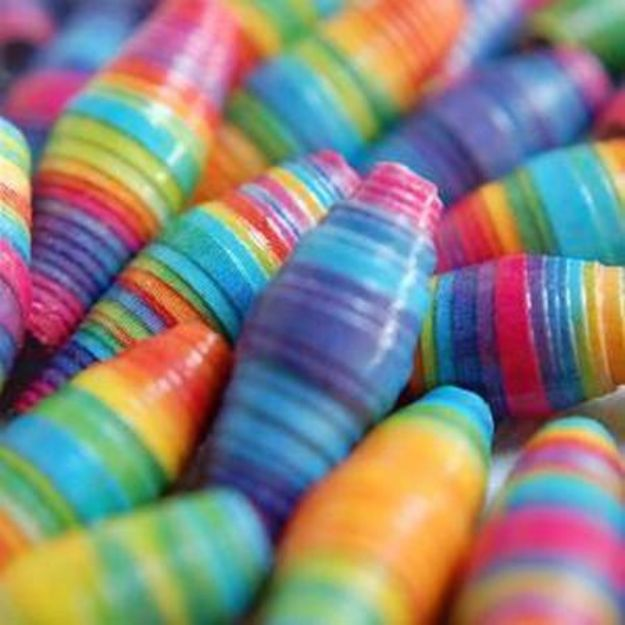 DIY Ideas for Wallpaper Scraps - Easy Paper Beads - Cute Projects and Easy DIY Gift Ideas to Make With Leftover Wall Paper - Fun Home Decor, Homemade Wall Art Idea Tutorials, Creative Ways to Use Old Wallpapers - Cool Crafts for Men, Women and Teens http://diyjoy.com/diy-ideas-wallpaper-scraps