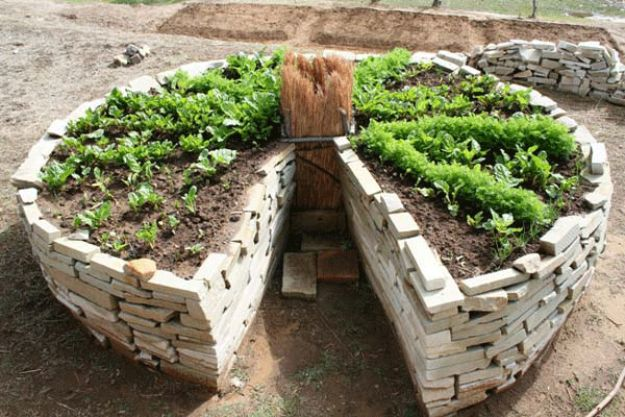 DIY Garden Beds - Keyhole Garden - Easy Gardening Ideas for Raised Beds and Planter Boxes - Free Plans, Tutorials and Step by Step Tutorials for Building and Landscaping Projects - Update Your Backyard and Gardens With These Cheap Do It Yourself Ideas http://diyjoy.com/diy-garden-beds