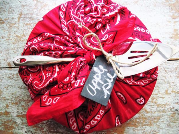 DIY Ideas With Bandanas - Bandana Apple Pie Wrap - Bandana Crafts and Decor Projects Made With A Bandana - No Sew Ideas, Bags, Bracelets, Hats, Halter Tops, Blankets and Quilts, Headbands, Simple Craft Project Tutorials for Kids and Teens - Home Decoration and Country Themed Crafts To Make and Sell On Etsy http://diyjoy.com/diy-ideas-bandanas