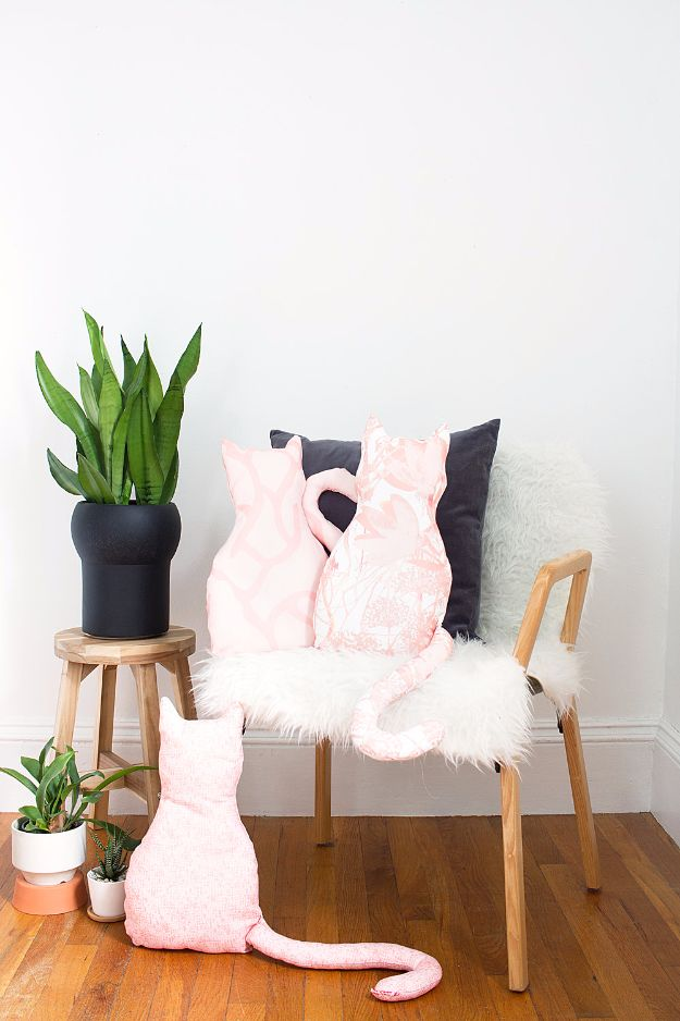 DIY Ideas With Cats - DIY No-Sew Cat Pillow - Cute and Easy DIY Projects for Cat Lovers - Wall and Home Decor Projects, Things To Make and Sell on Etsy - Quick Gifts to Make for Friends Who Have Kittens and Kitties - Homemade No Sew Projects- Fun Jewelry, Cool Clothes, Pillows and Kitty Accessories http://diyjoy.com/diy-ideas-cats