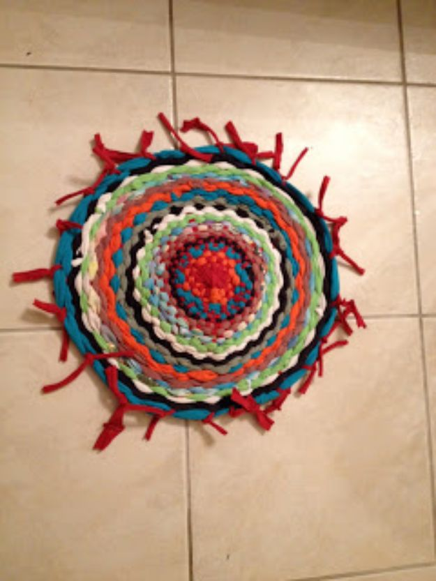 DIY Rugs - Easy Hula Hoop T-Shirt Rug - Ideas for An Easy Handmade Rug for Living Room, Bedroom, Kitchen Mat and Cheap Area Rugs You Can Make - Stencil Art Tutorial, Painting Tips, Fabric, Yarn, Old Denim Jeans, Rope, Tshirt, Pom Pom, Fur, Crochet, Woven and Outdoor Projects - Large and Small Carpet #diyrugs #diyhomedecor