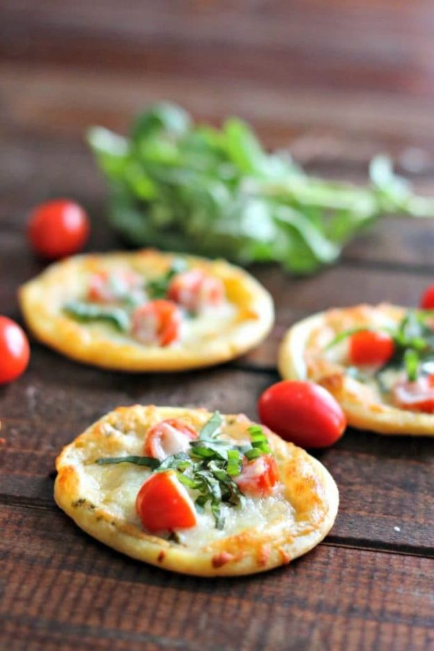 Gluten Free Appetizers - Tomato Basil Pizza Bites - Easy Flourless and Glutenfree Snacks, Wraps, Finger Foods and Snack Recipes - Recipe Ideas for Gluten Free Diets - Spinach and Cheese Dips, Vegetable Spreads, Sushi rolls, Quick Grill Foods, Party Trays, Dessert Bites, Healthy Veggie and Fruit Appetizer Tutorials #glutenfree #appetizers #appetizerrecipes #glutenfreerecipes #recipeideas #diyjoy http://diyjoy.com/gluten-free-appetizers