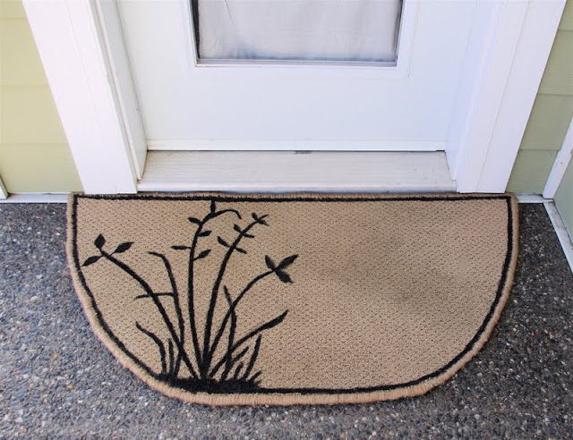 DIY Ideas With Carpet Scraps - Upcycled Carpet Scrap Into Door Mat - Cool Crafts To Make With Old Carpet Remnants - Cheap Do It Yourself Gifts and Home Decor on A Budget - Creative But Cheap Ideas for Decorating Your House and Room - Painted, No Sew and Creative Arts and Craft Projects http://diyjoy.com/diy-ideas-carpet-scraps