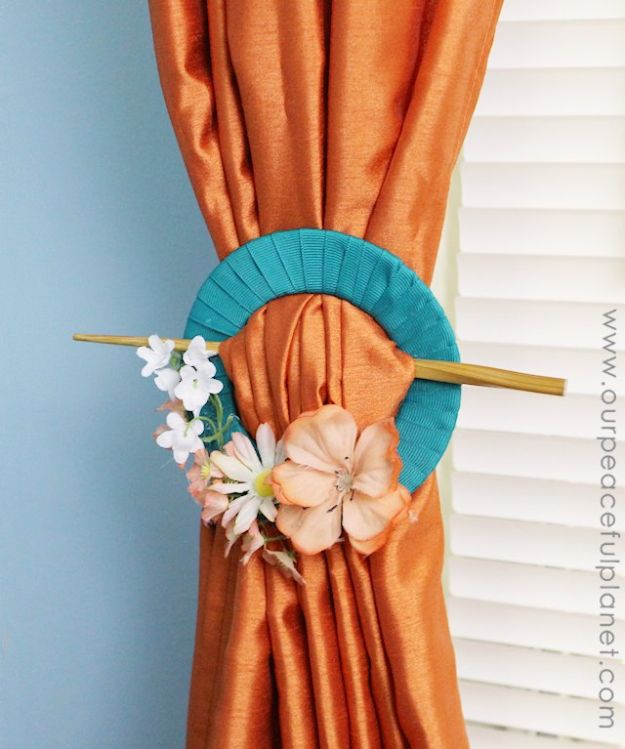 DIY Ideas With Old CD - Curtain Pull Backs From Old CD - Do It Yourself Crafts and Projects Using Old Compact Discs - Recycle Jewelry, Room Decoration Mosaic, Coasters, Garden Art and DIY Home Decor Using Broken DVD - Photo Album, Wall Art and Mirror - Cute and Easy DIY Gifts for Birthday and Christmas Holidays http://diyjoy.com/diy-ideas-old-cd-compact-disc