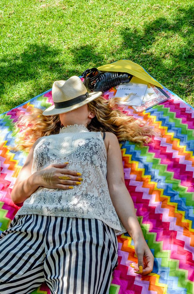 DIY Throw Blankets - DIY Pocketed Picnic Blanket - How to Make Easy Throws and Blanket - Fleece Fabrics, No Sew Tutorial, Crochet, Boho, Fur, Cotton, Flannel Ideas #diyideas #diydecor #diy