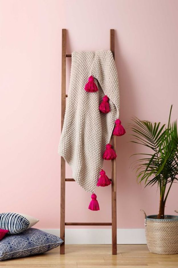 DIY Throw Blankets - DIY Tassel Throw Blanket - How to Make Easy Throws and Blanket - Fleece Fabrics, No Sew Tutorial, Crochet, Boho, Fur, Cotton, Flannel Ideas #diyideas #diydecor #diy