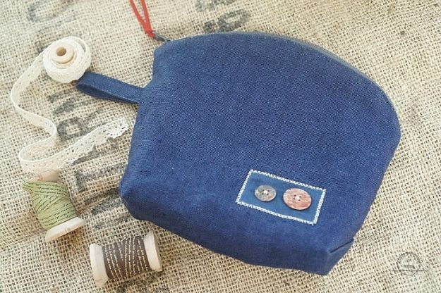 Blue Jean Upcycles - Denim Makeup Bag - Ways to Make Old Denim Jeans Into DIY Home Decor, Handmade Gifts and Creative Fashion - Transform Old Blue Jeans into Pillows, Rugs, Kitchen and Living Room Decor, Easy Sewing Projects for Beginners #sewing #diy #crafts #upcycle