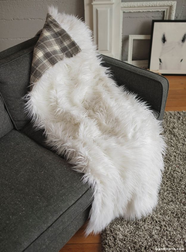 DIY Throw Blankets - Faux Fur Throw Blanket - How to Make Easy Throws and Blanket - Fleece Fabrics, No Sew Tutorial, Crochet, Boho, Fur, Cotton, Flannel Ideas #diyideas #diydecor #diy