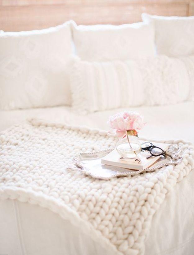 DIY Throw Blankets - Hand Knitted Throw Blanket - How to Make Easy Throws and Blanket - Fleece Fabrics, No Sew Tutorial, Crochet, Boho, Fur, Cotton, Flannel Ideas #diyideas #diydecor #diy