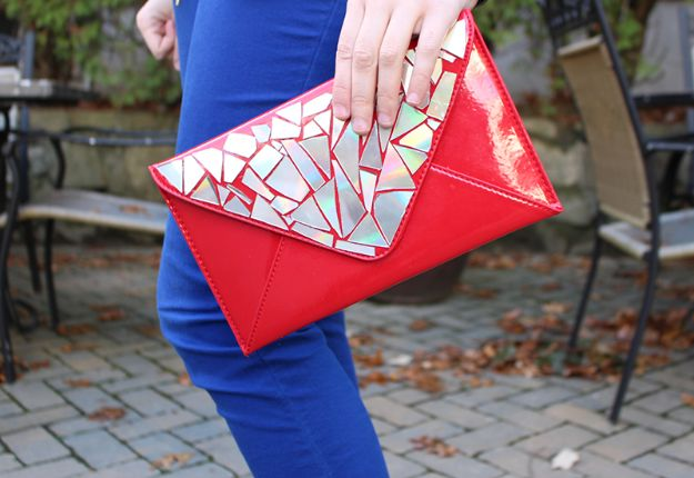DIY Ideas With Old CD - Sparkly Clutch - Do It Yourself Crafts and Projects Using Old Compact Discs - Recycle Jewelry, Room Decoration Mosaic, Coasters, Garden Art and DIY Home Decor Using Broken DVD - Photo Album, Wall Art and Mirror - Cute and Easy DIY Gifts for Birthday and Christmas Holidays http://diyjoy.com/diy-ideas-old-cd-compact-disc