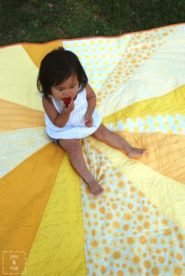 DIY Throw Blankets - Sunburst Picnic Blanket - How to Make Easy Throws and Blanket - Fleece Fabrics, No Sew Tutorial, Crochet, Boho, Fur, Cotton, Flannel Ideas #diyideas #diydecor #diy
