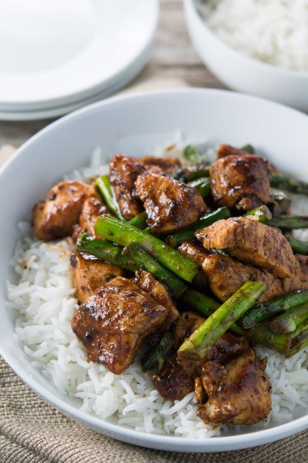 Asparagus Recipes - Black Pepper Chicken and Asparagus Stir Fry - DIY Asparagus Recipe Ideas for Homemade Soups, Sides and Salads - Easy Tutorials for Roasted, Sauteed, Steamed, Baked, Grilled and Pureed Asparagus - Party Foods, Quick Dinners, Dishes With Cheese, Vegetarian and Vegan Options - Healthy Recipes With Step by Step Instructions http://diyjoy.com/asparagus-recipes