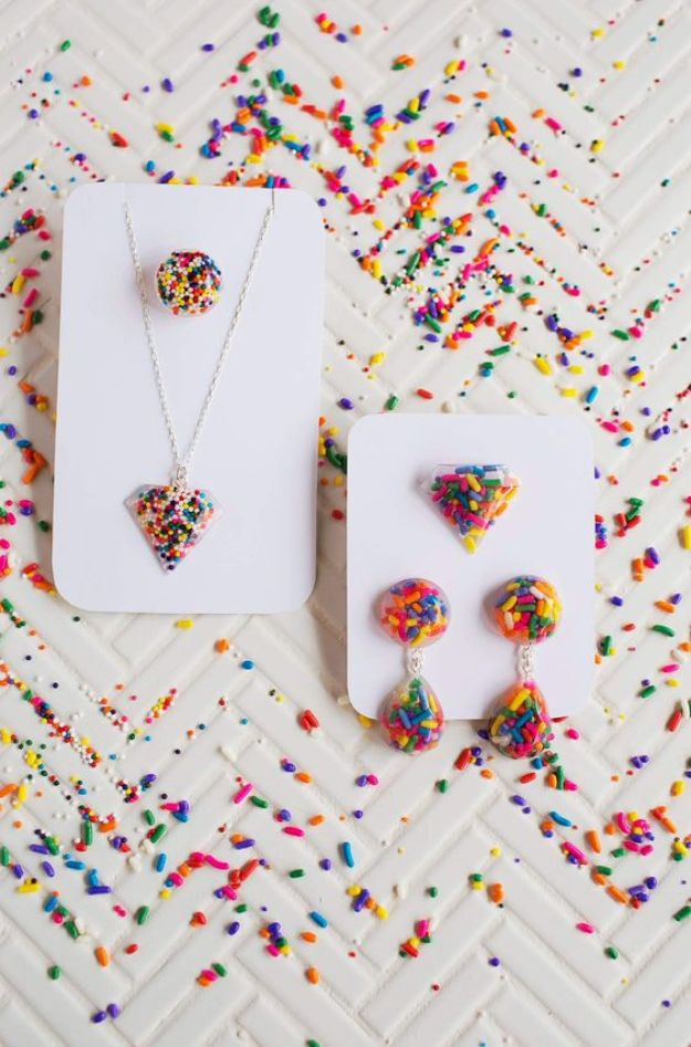 DIY Resin Casting Crafts - DIY Epoxy Resin Jewelry - Homemade Resin and Epoxy Craft Projects and Ideas - How to Make Resin Jewelry - Use Silicon Molds to Make Paper Weights, Creative Christmas Ornaments and Crafts to Make and Sell - Flowers, Pictures, Clocks, Tabletop, Inspiration for Handmade Jewelry and Items to Sell on Etsy #crafts