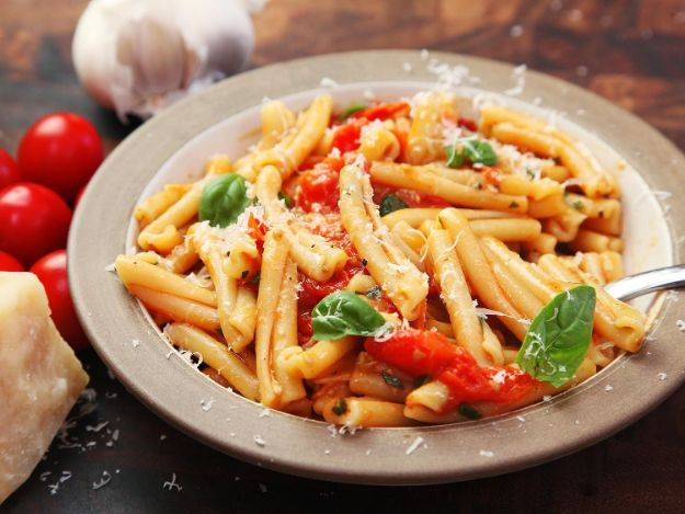 Best Pasta Recipes - Fast and Easy Pasta With Blistered Cherry Tomato Sauce - Easy Pasta Recipe Ideas for Dinner, Lunch and Party Foods - Healthy and Easy Pastas With Shrimp, Beef, Chicken, Sausage, Tomato and Vegetarian - Creamy Alfredo, Marinara Red Sauce - Homemade Sauces and One Pot Meals for Quick Prep - Penne, Fettucini, Spaghetti, Ziti and Angel Hair http://diyjoy.com/pasta-recipes