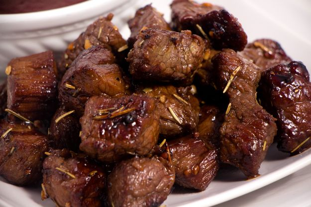 Easy Dinner Recipes -Honey Balsamic Steak Bites - Quick and Simple Dinner Recipe Ideas for Weeknight and Last Minute Supper - Chicken, Ground Beef, Fish, Pasta, Healthy Salads, Low Fat and Vegetarian Dishes - Easy Meals for the Family, for Two, for One and Cook Ahead Crockpoit Dinners - Cheap Casseroles and Budget Friendly Foods to Make at Home http://diyjoy.com/easy-dinner-recipes