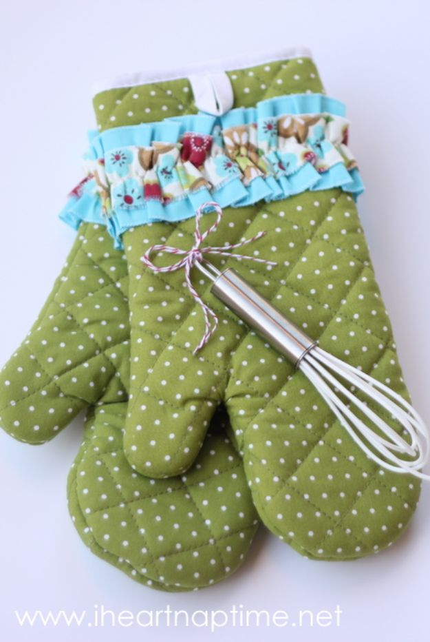 Cheap DIY Gift Ideas - Oven Mittens - List of Handmade Gifts on A Budget and Inexpensive Christmas Presents - Do It Yourself Gift Idea for Family and Friends, Mom and Dad, For Guys and Women, Boyfriend, Girlfriend, BFF, Kids and Teens - Dollar Store and Dollar Tree Crafts, Home Decor, Room Accessories and Fun Things to Make At Home http://diyjoy.com/cheap-diy-gift-ideas