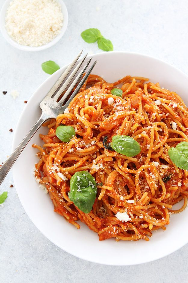 Best Pasta Recipes - Pasta Pomodoro - Easy Pasta Recipe Ideas for Dinner, Lunch and Party Foods - Healthy and Easy Pastas With Shrimp, Beef, Chicken, Sausage, Tomato and Vegetarian - Creamy Alfredo, Marinara Red Sauce - Homemade Sauces and One Pot Meals for Quick Prep - Penne, Fettucini, Spaghetti, Ziti and Angel Hair http://diyjoy.com/pasta-recipes