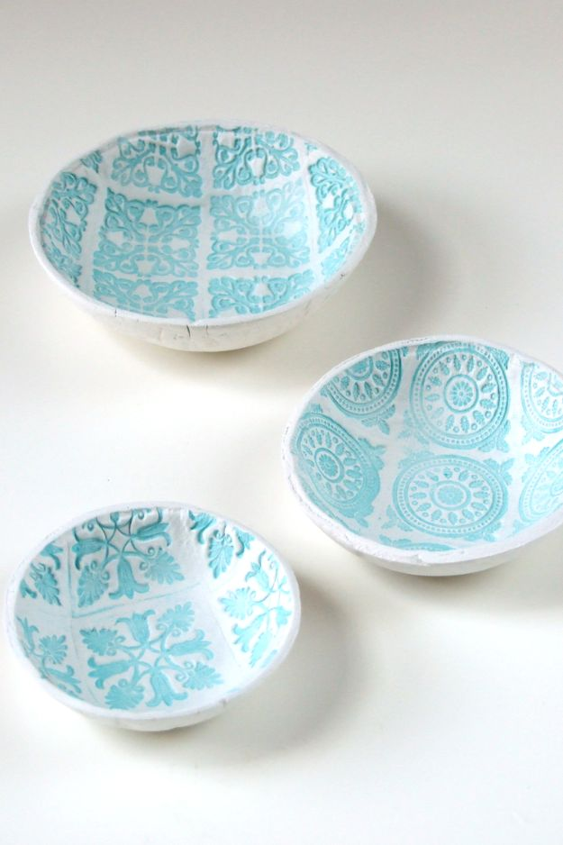 Cheap Last Minute Gifts DIY - DIY Stamped Clay Bowls - Inexpensive DIY Gift Ideas To Make On A Budget - Homemade Christmas and Birthday Presents to Make For Mom, Dad, Daughter & Son, Kids, Friends and Family - Cool and Creative Crafts, Home Decor and Accessories, Fun Gadgets and Phone Stuff - Quick Gifts From Dollar Tree Items http://diyjoy.com/cheap-last-minute-gifts