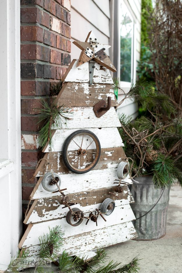 DIY Christmas Decorations - Reclaimed Wood Christmas Tree - Easy Handmade Christmas Decor Ideas - Cheap Xmas Projects to Make for Holiday Decorating - Home, Porch, Mantle, Tree, Lights #diy #christmas #diydecor #holiday